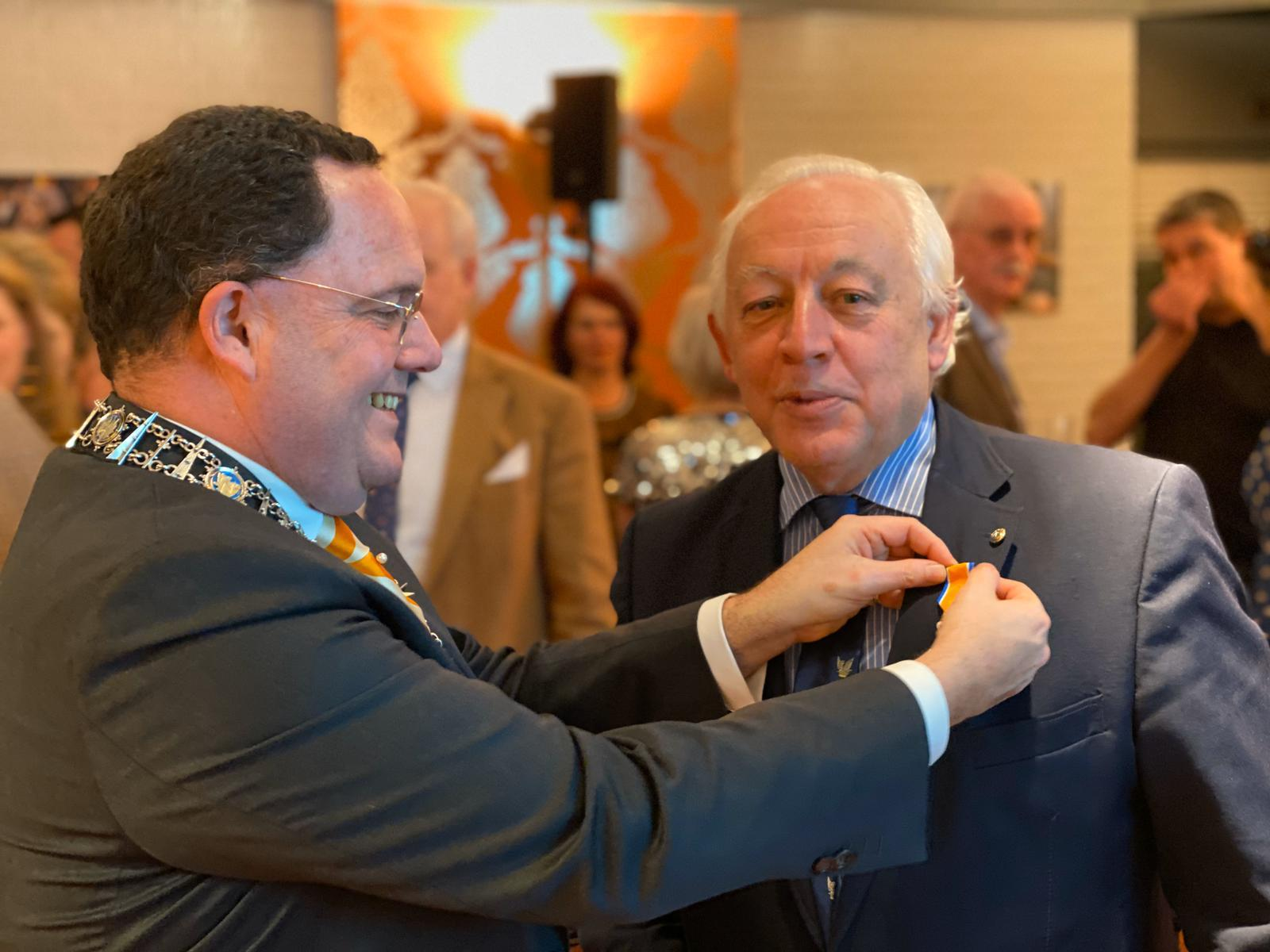 Jean krijgt het lintje opgespeld door burgemeester R.J. van de Mortel