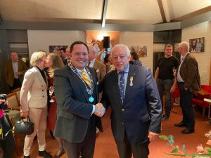 Jean met burgemeester Roderick van de Mortel